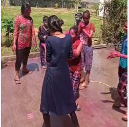 भोपाल में सोसायटियों और कॉलोनियों में बच्चों ने रंग गुलाल और पिचकारी के साथ खूब मस्ती की। अयोध्या बायपास की कॉलोनी में रंग खेलते बच्चे। - Dainik Bhaskar