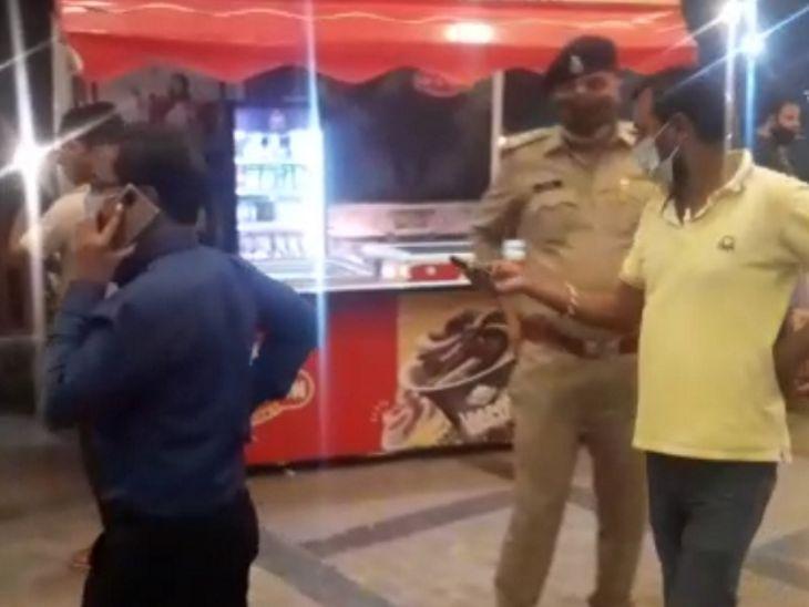 होटल में पुलिस ने दबिश दी तो यहां अफरा-तफरी का माहौल बन गया। - Dainik Bhaskar