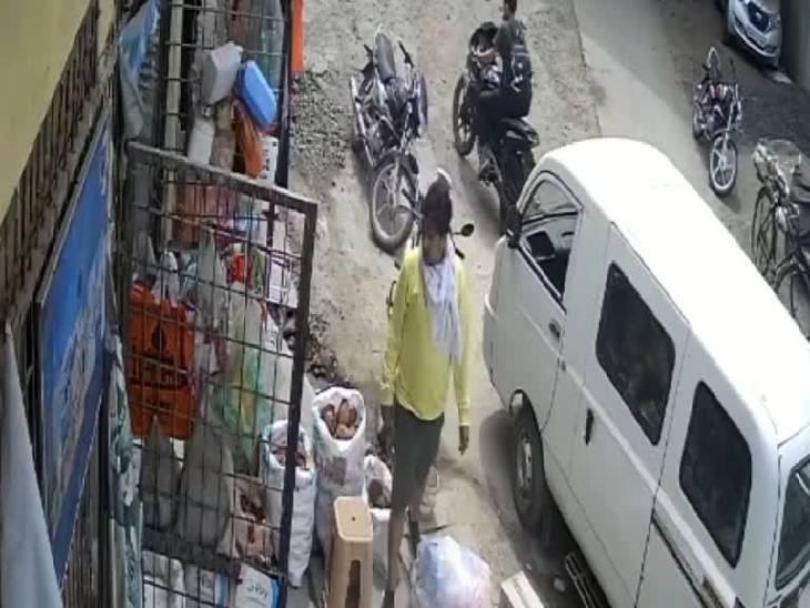 मजबूरी बता कर किराना स्टोर्स संचालक से आठ हजार रुपए नकद मांगे, बदले में QR कोड से भुगतान की बात कही, फर्जी मनी ट्रांसफर का मैसेज दिखाकर हो गए फरार|जबलपुर,Jabalpur - Dainik Bhaskar