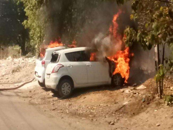 लुधियाना की फिरोज गांधी मार्केट में खड़ी दो कारें बनीं आग का गोला, लोगों में मची अफरा-तफरी|पंजाब,Punjab - Dainik Bhaskar