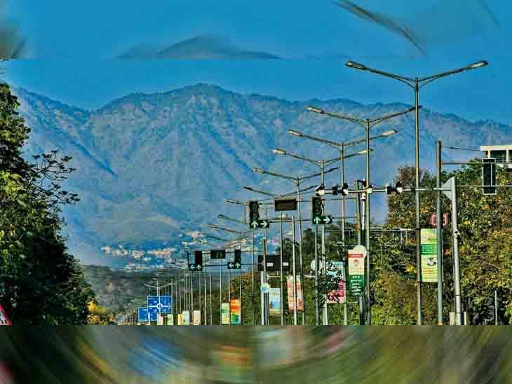 चंडीगढ़ के मटका चौक से कसौली की पहाड़ियां साफ दिख रही है। - Dainik Bhaskar