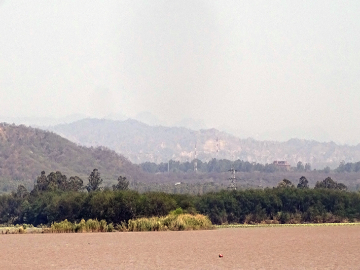 सुखना लेक से दिख रही पहाड़ियां