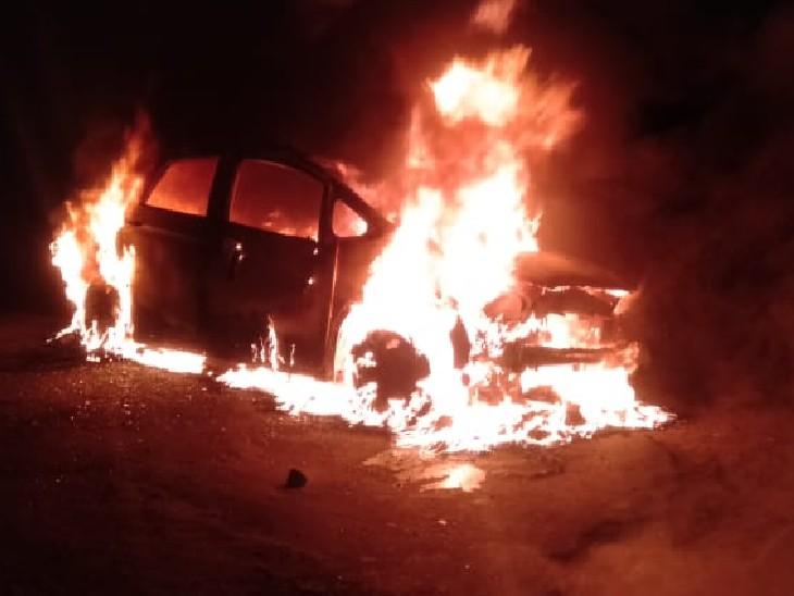 बेकाबू जीप ने सड़क के किनारे खड़े दो बारातियों को रौंदा, गुस्साए ग्रामीणों ने धोखे में दूसरी कार में आग लगा दी रीवा,Rewa - Dainik Bhaskar