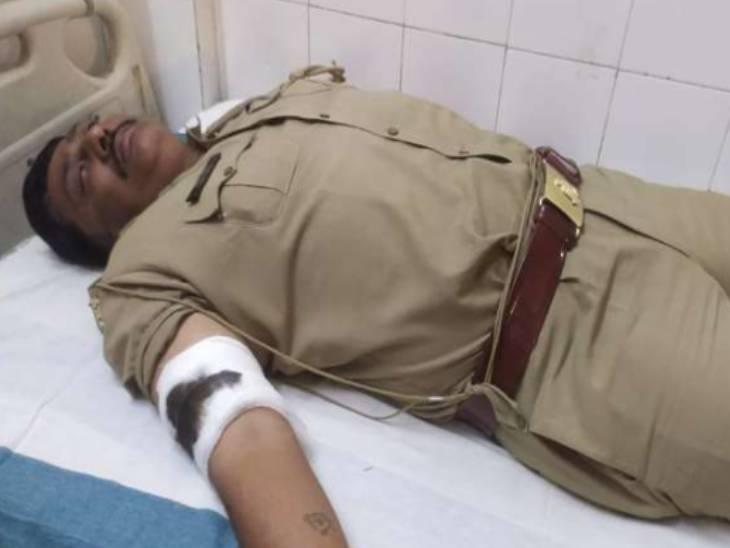 देवरिया में दरोगा को लगी गोली, बदमाश भी घायल; मगर अस्पताल में बोला- बिहार से लाकर यहां मारी गई गोली|गोरखपुर,Gorakhpur - Dainik Bhaskar