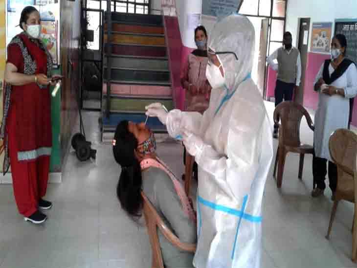 शहर में रोजाना स्वास्थ्य विभाग की टीमें लोगों की जांच कर रही है। फाइल फोटो - Dainik Bhaskar