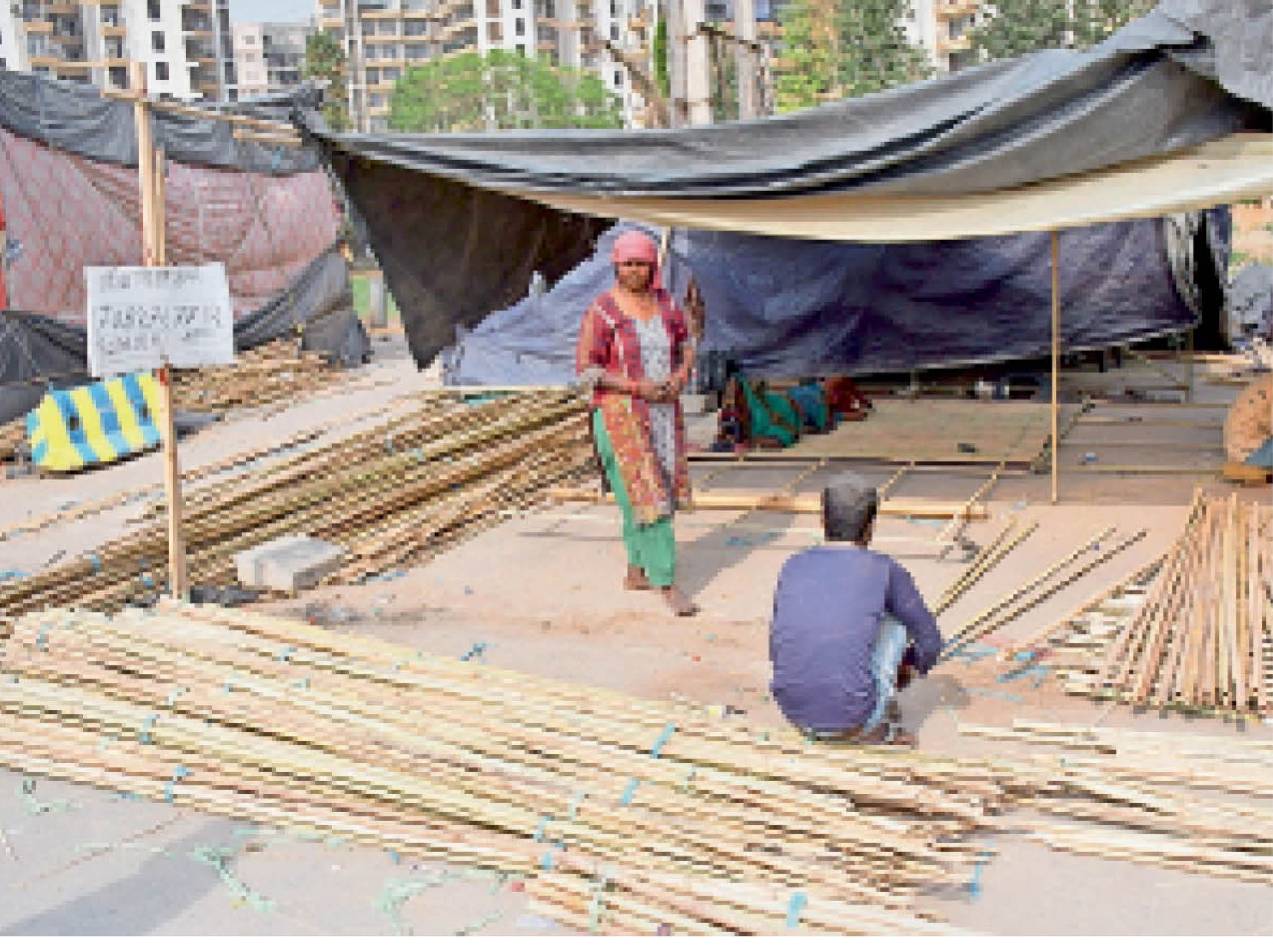 कुंडली बॉर्डर| आंदोलन में सड़क पर ही बांस से झोपड़ी तैयार करते दिल्ली से आए कारीगर।