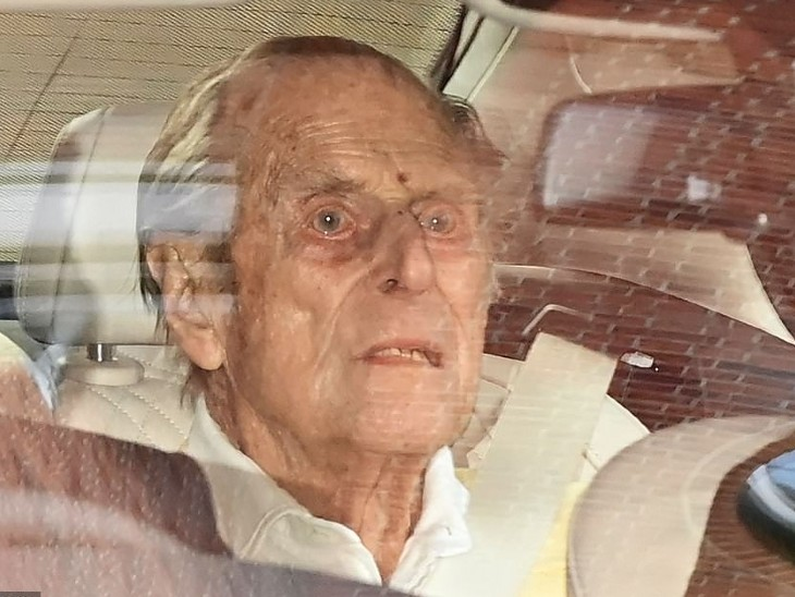 प्रिंस फिलिप की यह फोटो 16 मार्च को किंग एडवर्ड अस्पताल से डिस्चार्ज होने के समय की है।