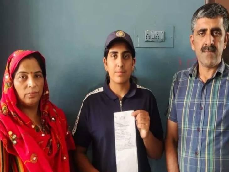 अपने माता-पिता के साथ शूटर नेहा तोमर। - Dainik Bhaskar
