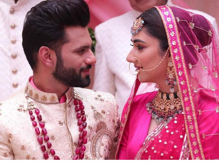 राहुल वैद्य और दिशा परमार का वेडिंग फोटो देख फैन्स हैरान, सोशल मीडिया पर फोटो पोस्ट कर लिखा 'नई शुरुआत' टीवी,TV - Dainik Bhaskar