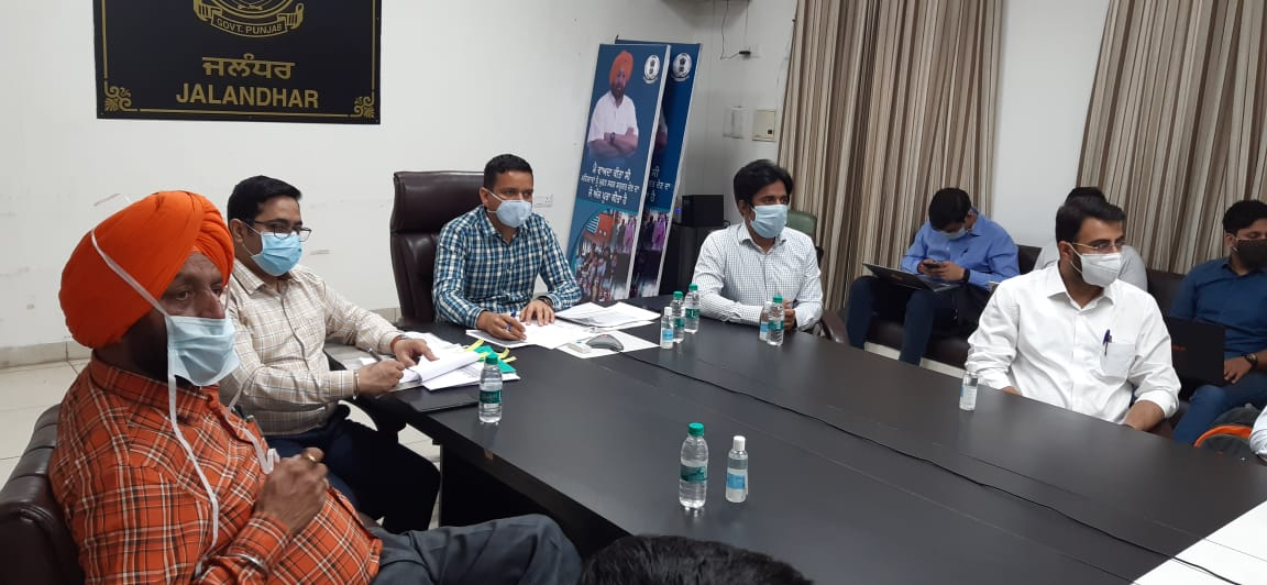 चीफ सेक्रेटरी विनी महाजन के साथ वीडियो कान्फ्रेंसिंग के जरिए बैठक में हिस्सा लेते DC घनश्याम थोरी व अन्य अफसर। - Dainik Bhaskar