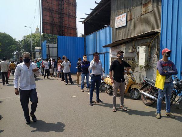 सूरत के उधना में बीजेपी कार्यालय के बाहर लोग सुबह से रेमडेसिविर इंजेक्शन की आस में लाइन लगाकर खड़े हुए हैं।