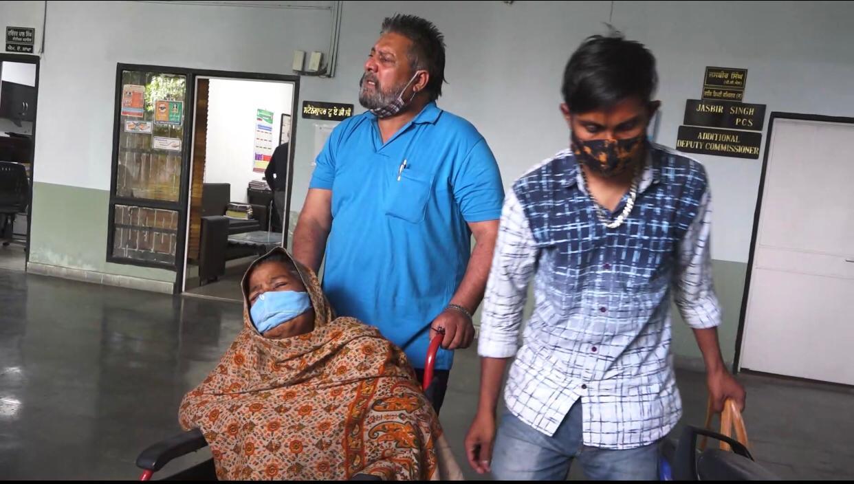 दोनों किडनियां खराब होने के बाद भी अस्पताल ने नहीं किया डायलसिस, तड़फते-रोते हुए व्हीलचेयर पर DC दफ्तर पहुंची महिला|जालंधर,Jalandhar - Dainik Bhaskar