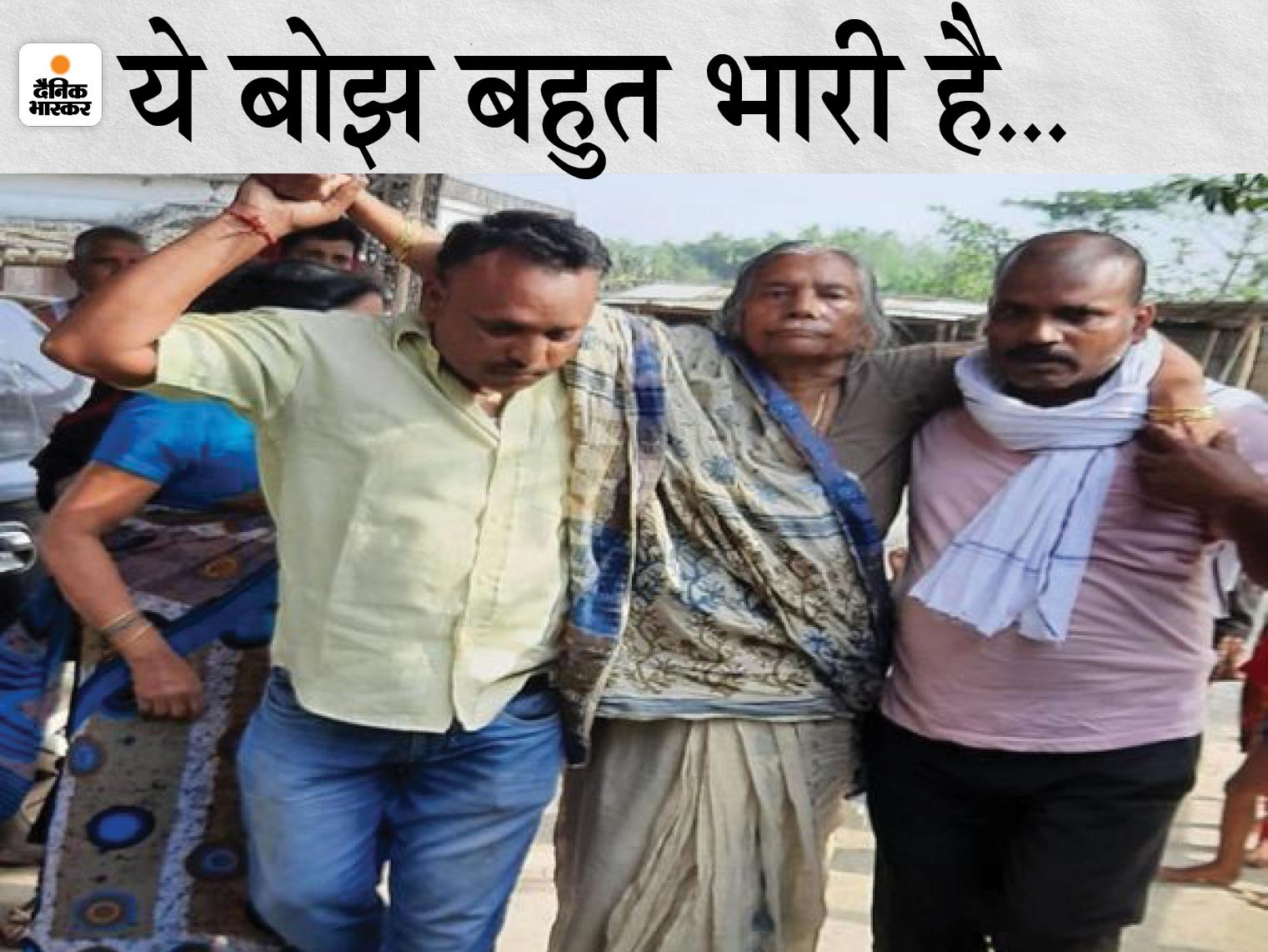 बेटे की शहादत से बेखबर बूढ़ी मां को सहारा देते परिजन। - Dainik Bhaskar