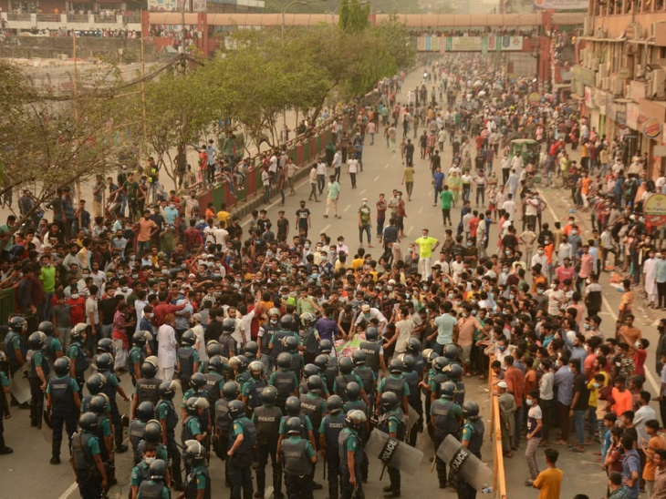 लॉकडाउन के विरोध में व्यापारियों ने ढाका में प्रदर्शन किया। इस दौरान पुलिस को हालात काबू करने के लिए काफी मशक्कत करनी पड़ी।