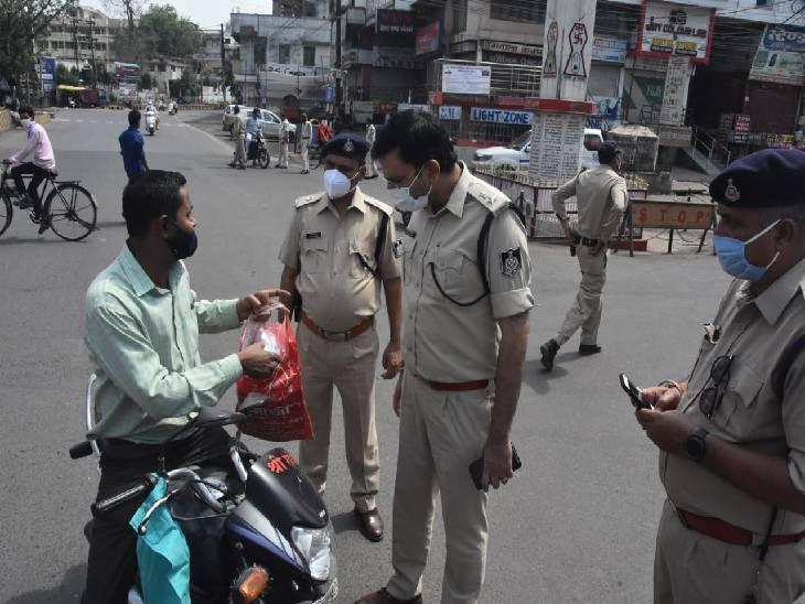 शहर में कई चौराहों पर एसपी ने चैकिंग की, बेवजह निकले 258 लोगाें को भेजा जेल, 1576 का काटा चालान|जबलपुर,Jabalpur - Dainik Bhaskar