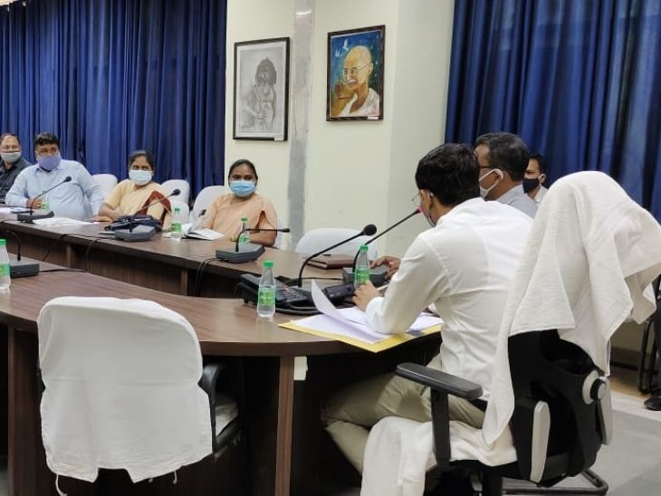 DC छवि रंजन ने निजी स्कूल के संचालकों और जिला शिक्षा पदाधिकारी के साथ की बैठक। - Dainik Bhaskar