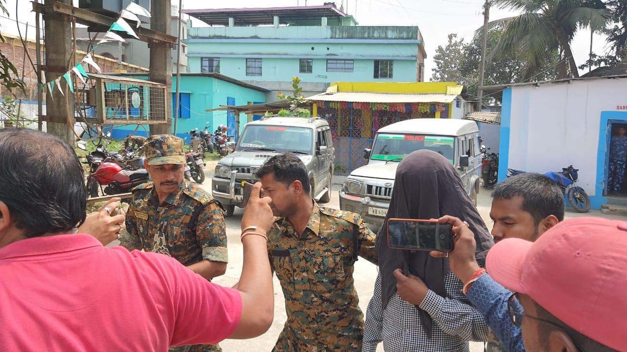 बंगला पुलिस ने मुख्य आरोपी सहित एक अन्य आरोपी को अरेस्ट कर लिया है। इन पर हत्या करने का आरोप है।