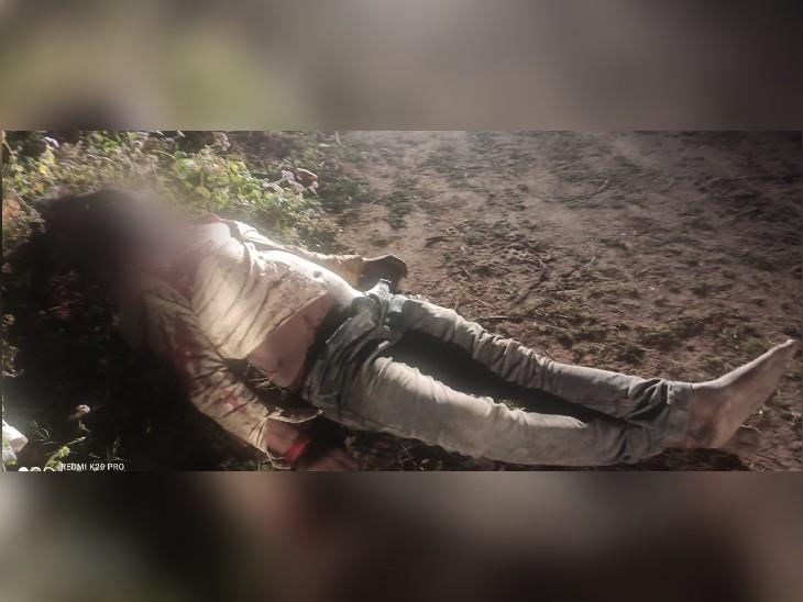 हिमाचल प्रदेश में नेशनल हाईवे नंबअर 7 पर उत्तर प्रदेश के एक फेरी वाले की अवैध संबंधों के शक में हत्या कर दी गई। घटनास्थल पर पड़ी डेड बॉडी। - Dainik Bhaskar