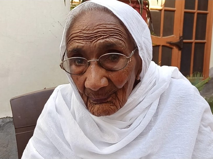 पंजाब के मोगा में रविवार को 105 साल की करतार कौर को वैक्सीन की पहली डोज दी गई।