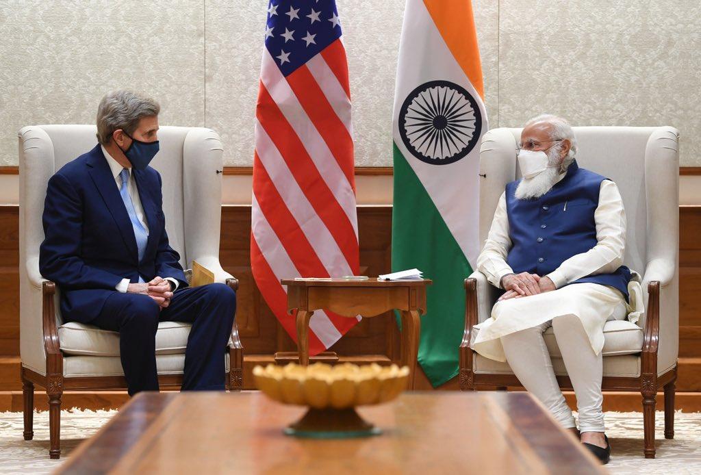 प्रधानमंत्री नरेंद्र मोदी ने 7 अप्रैल को अपने सोशल मीडिया अकाउंट @narendramodi से जॉन कैरी से मुलाकात की यह फोटो पोस्ट की थी।