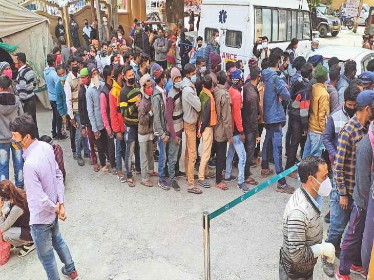 लाहौल जाने के लिए आरटीपीसीआर टेस्ट रिपोर्ट जरूरी होने के बाद कुल्लू में टेस्ट करने वालों की भीड़। - Dainik Bhaskar