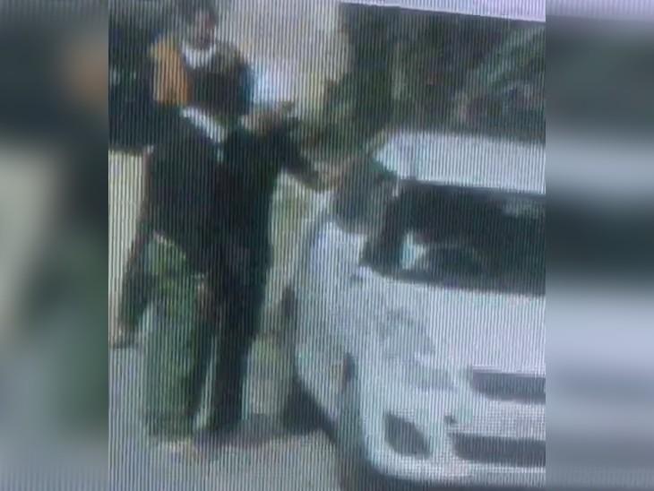 अस्पताल के बाहर NRI से बदमाशों ने लूटी कार; पहले लिफ्ट मांगी फिर मारपीट की, वारदात CCTV में कैद|पंजाब,Punjab - Dainik Bhaskar
