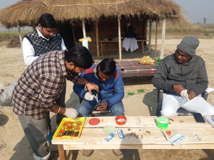 सीपियों की सर्जरी करते हुए नीतिल भारद्वाज और उनके सहयोगी। मोती की खेती के लिए ये अहम प्रोसेस होता है।