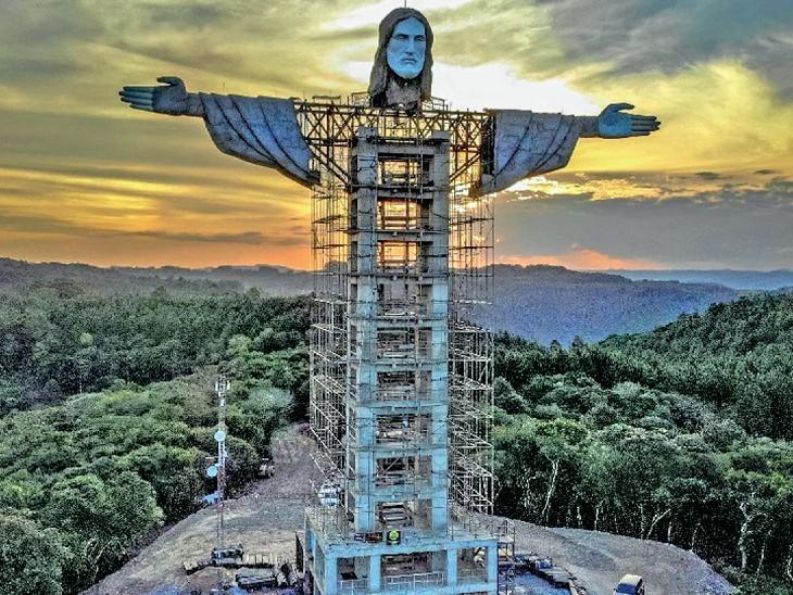 ब्राजील के एनकांटाडो जिले में जीसस क्राइस्ट की 43 मीटर ऊंची प्रतिमा बनाई जा रही है। - Dainik Bhaskar