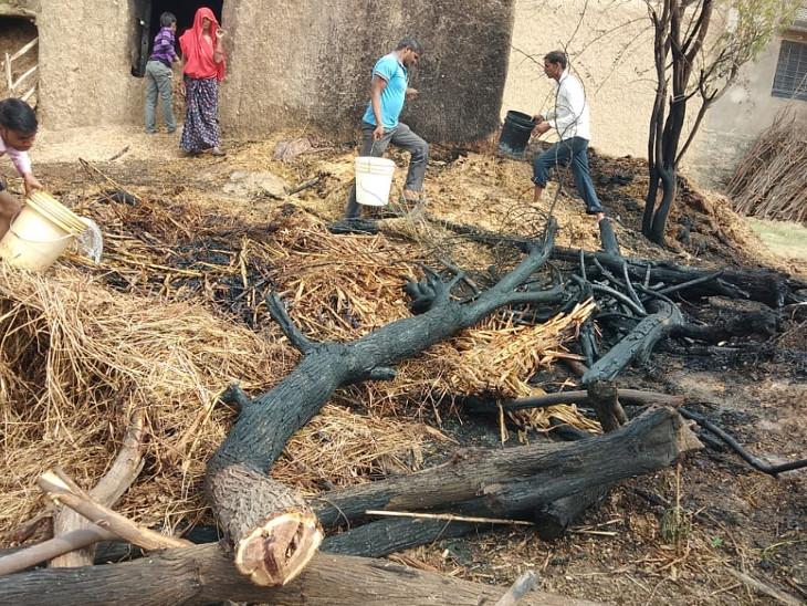 बाड़े में लगी आग पर काबू पाने के लिए ग्रामीणों ने पानी के टैंकर बुलाए, 60 हजार की लकड़ियां और कड़बी राख टोंक,Tonk - Dainik Bhaskar