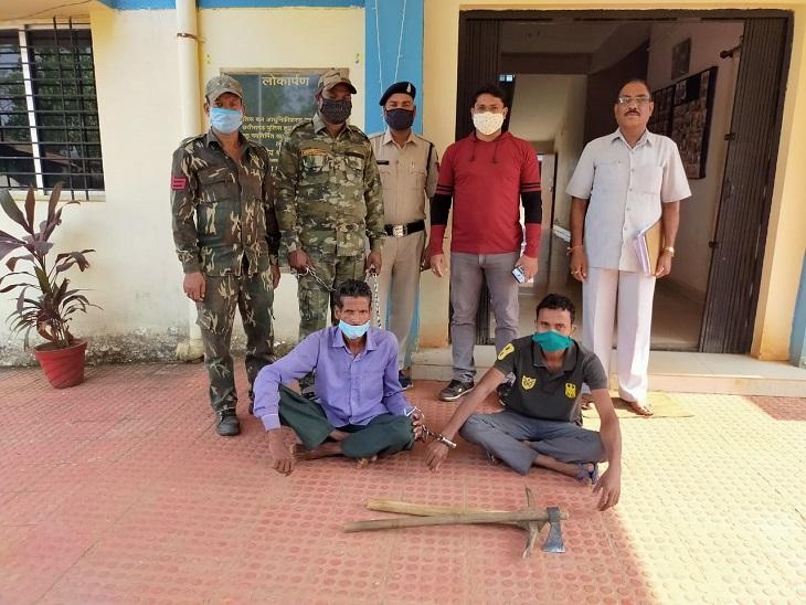 राजनांदगांव पुलिस ने आरोपी पिता-पुत्र को गिरफ्तार किया। बेटे के साथ निलकर पुत्र ने अपनी पत्नी की हत्या कुल्हाड़ी से मारकर की थी। - Dainik Bhaskar