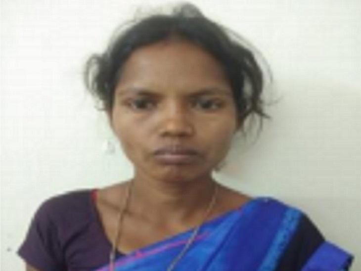 छत्तीसगढ़ के दंतेवाड़ा में पुलिस ने 10 हजार रुपए की इनामी महिला नक्सली को गिरफ्तार किया है। - Dainik Bhaskar