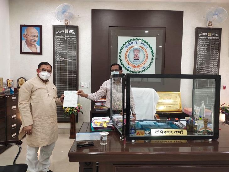 राजनांदगांव सांसद संतोष पांडेय ने अपने मद से 21 लाख रुपए दिए, जिले में पिछले 7 दिनों में 6878 संक्रमित राजनांदगांव,Rajnandgaon - Dainik Bhaskar