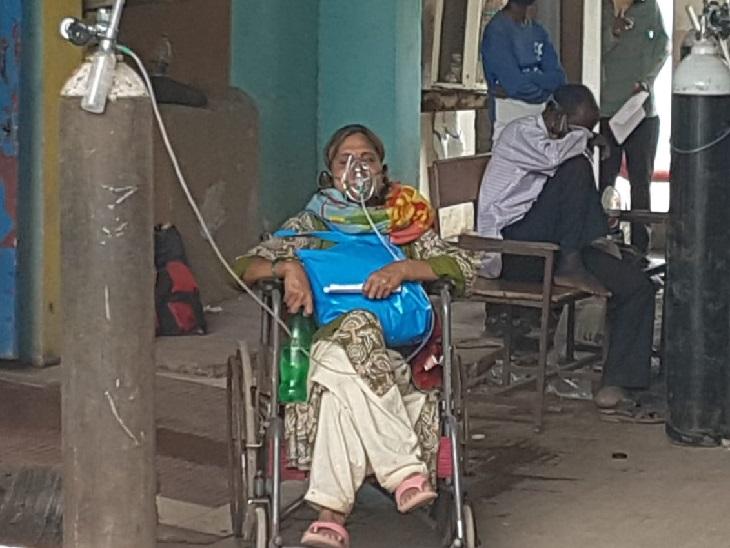 फोटो रायपुर के अंबेडकर अस्पताल की हैष। यहां मरीजों की संख्या बढ़ने की वजह से बेड मिलने में दिक्कतें हो रही हैं।
