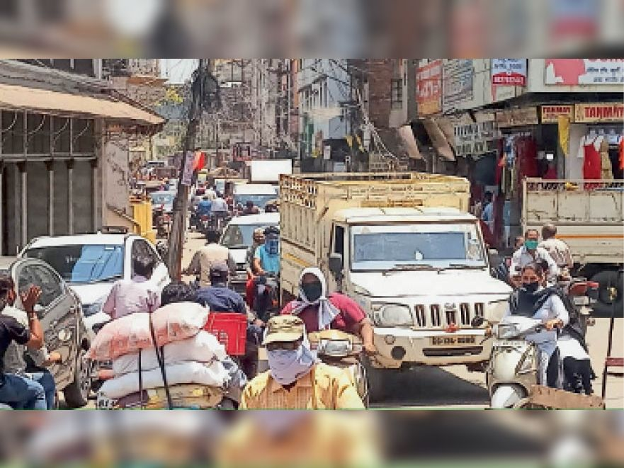 मंगलवार को रामनिवास टॉकीज रोड पर ऐसी लगी भीड़। - Dainik Bhaskar