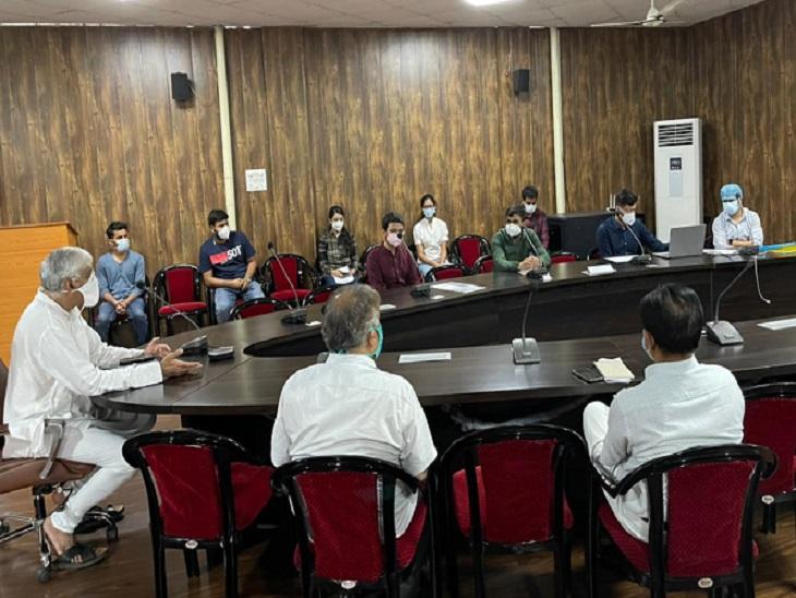 दो दिन की हड़ताल के बाद बुधवार देर रात स्वास्थ्य मंत्री टीएस सिंहदेव से हुई बातचीत। - Dainik Bhaskar