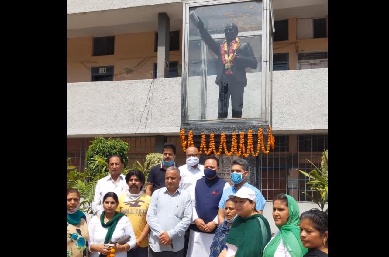 जिला प्रशासकीय कांप्लेक्स में डॉ. अंबेडकर को श्रद्धासुमन अर्पित करने के बाद मौजूद सांसद चौधरी संतोख सिंह, विधायक बावा हैनरी व अन्य कांग्रेसी नेता। - Dainik Bhaskar