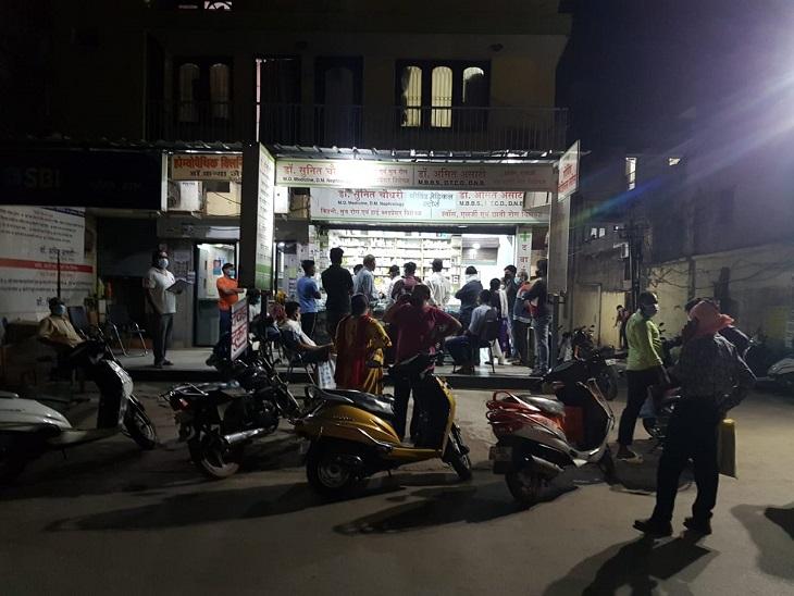 फोटो रायपुर के कालीबाड़ी इलाके के एक मेडिकल स्टोर की है। रात के 1 बजे तक यहां लोगों की भीड़ देखी गई।
