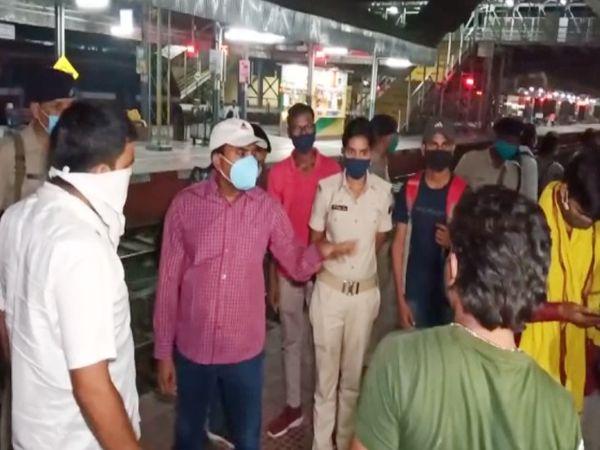 स्टेशन पर यात्रियों से मामले की जानकारी लेते रेलवे के अधिकारी।