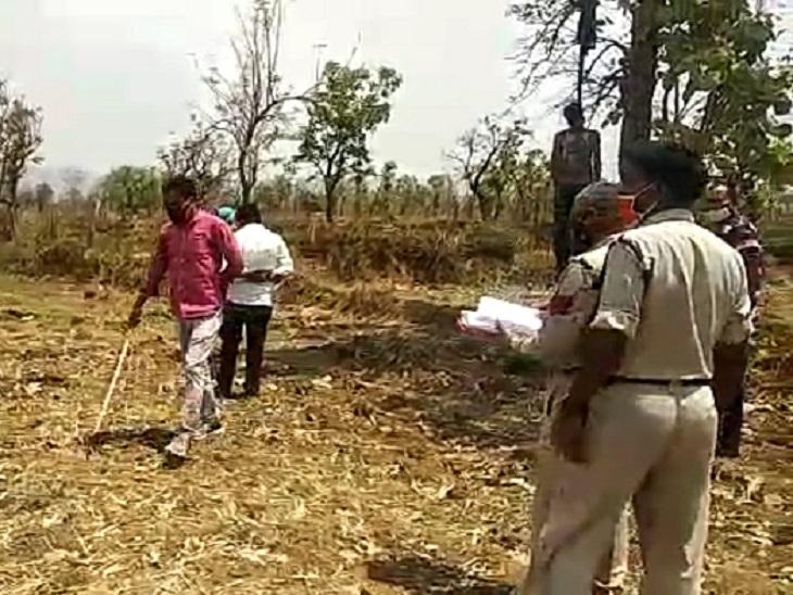 छत्तीसगढ़ के मुंगेली में दंपती की संदिग्ध हालत में मौत हो गई। महिला का जला हुआ शव मिला, वहीं पति की पेड़ से लटकती लाश मिली है। - Dainik Bhaskar