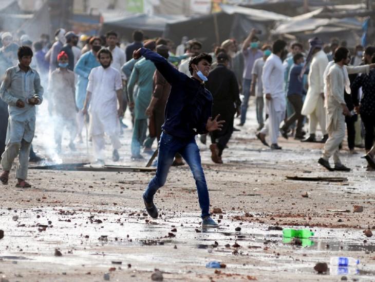 कट्टर इस्लामिक संगठन TLP के चीफ साद हुसैन की गिरफ्तारी के बाद भड़की हिंसा; 7 की मौत, 300 पुलिसकर्मी घायल|विदेश,International - Dainik Bhaskar