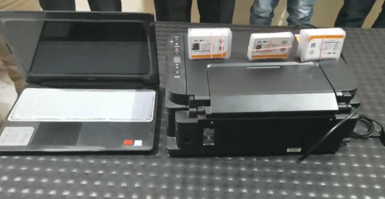 आरोपियों से बरामद फर्जी कार्ड व उन्हें बनाने में इस्तेमाल किया जा रहा लैपटॉप व प्रिंटर