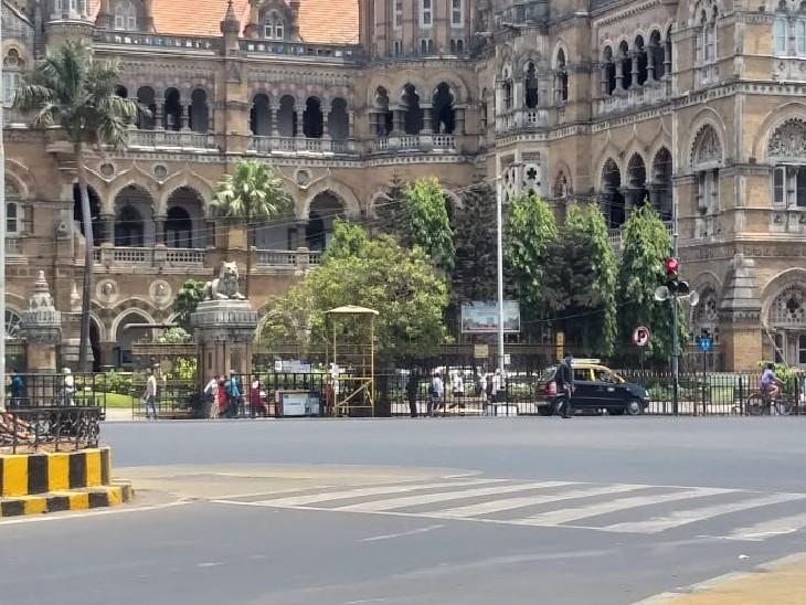 यह तस्वीर मुंबई के CSMT स्टेशन के बाहर की है। आम दिनों में यहां भारी भीड़ रहती है।