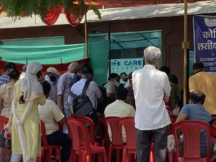 नासिक के वैक्सीनेशन सेंटर के बाहर जमा लोगों की भीड़।