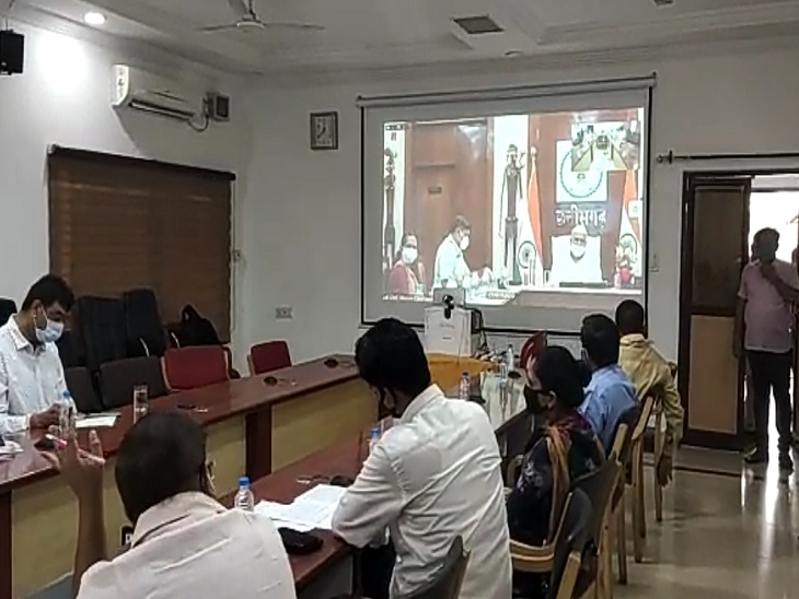 राजनीतिक दलों की बैठक जूम पर होनी थी, तकनीकी कारण बताकर सभी को रायपुर जिला पंचायत सभागार बुला लिया गया|रायपुर,Raipur - Dainik Bhaskar