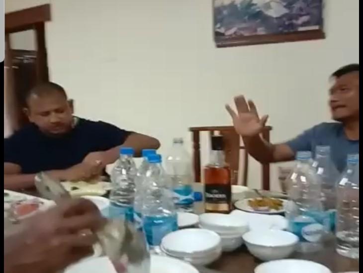 तस्वीर जगदलपुर रेस्ट हाउस की है। जहां असम के नेताओं के साथ पहुंचे उनके समर्थक और सुरक्षाकर्मी दावतें उड़ा रहे हैं।