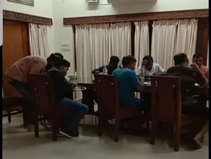 भाजपा ने आरोप लगाया है कि बस्तर के रेस्ट हाउस में नेताओं की आवभगत में सरकारी अमला ही लगा हुआ है।