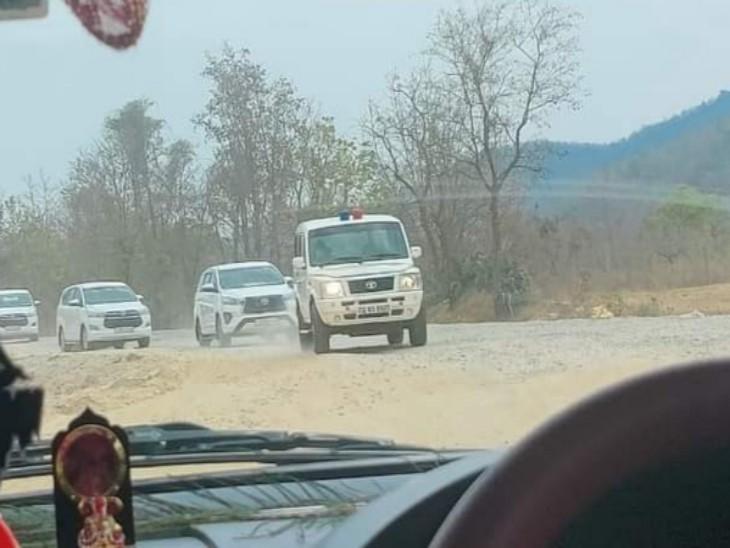सरकारी सुरक्षा में बस्तर से रायपुर रवाना होता असम के कांग्रेस नेताओं का काफिला।