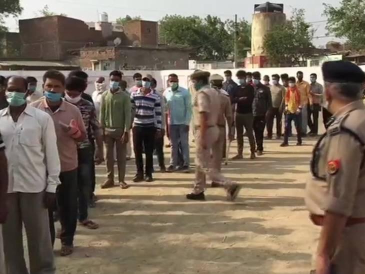 आगरा के दिगनेर में उत्तर प्रदेश पंचायत चुनाव के प्रथम चरण के लिए मतदान चल रहे हैं।