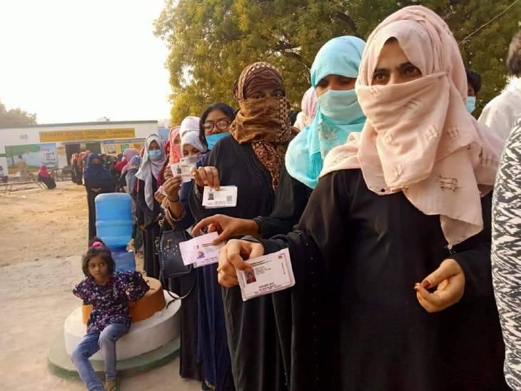 प्रयागराज में वोटिंग के लिए लंबी कतार।