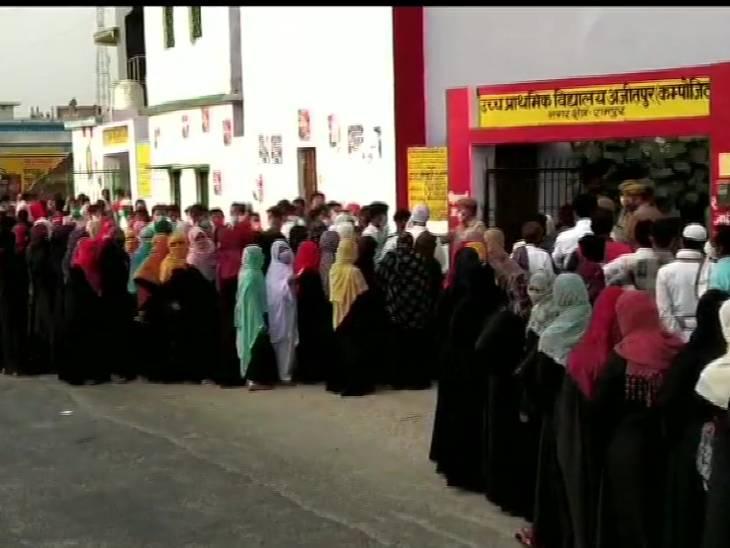 रामपुर में उत्तर प्रदेश पंचायत चुनाव के प्रथम चरण में मतदान करने के लिए बड़ी संख्या में मतदाता मतदान केंद्र पहुंचे। इस दौरान सोशल डिस्टेंसिंग का ख्याल तक नहीं रखा गया।